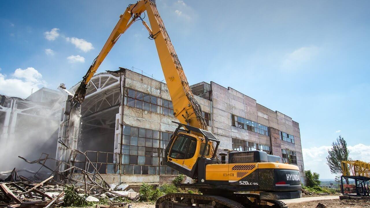 Процесс сноса промышленного сооружения